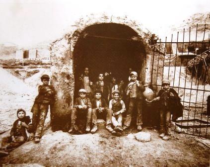 Interguglielmi,_Eugenio_(1850-1911)_-_Sicilia_-_Carusi_all'imbocco_di_un_pozzo_della_zolfara,_1899